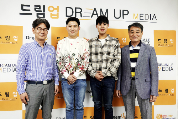 (좌측부터)드림업미디어 박상우 이사, 트로트 가수 진서, 배우 윤혁, 드림업미디어 백성기 회장.